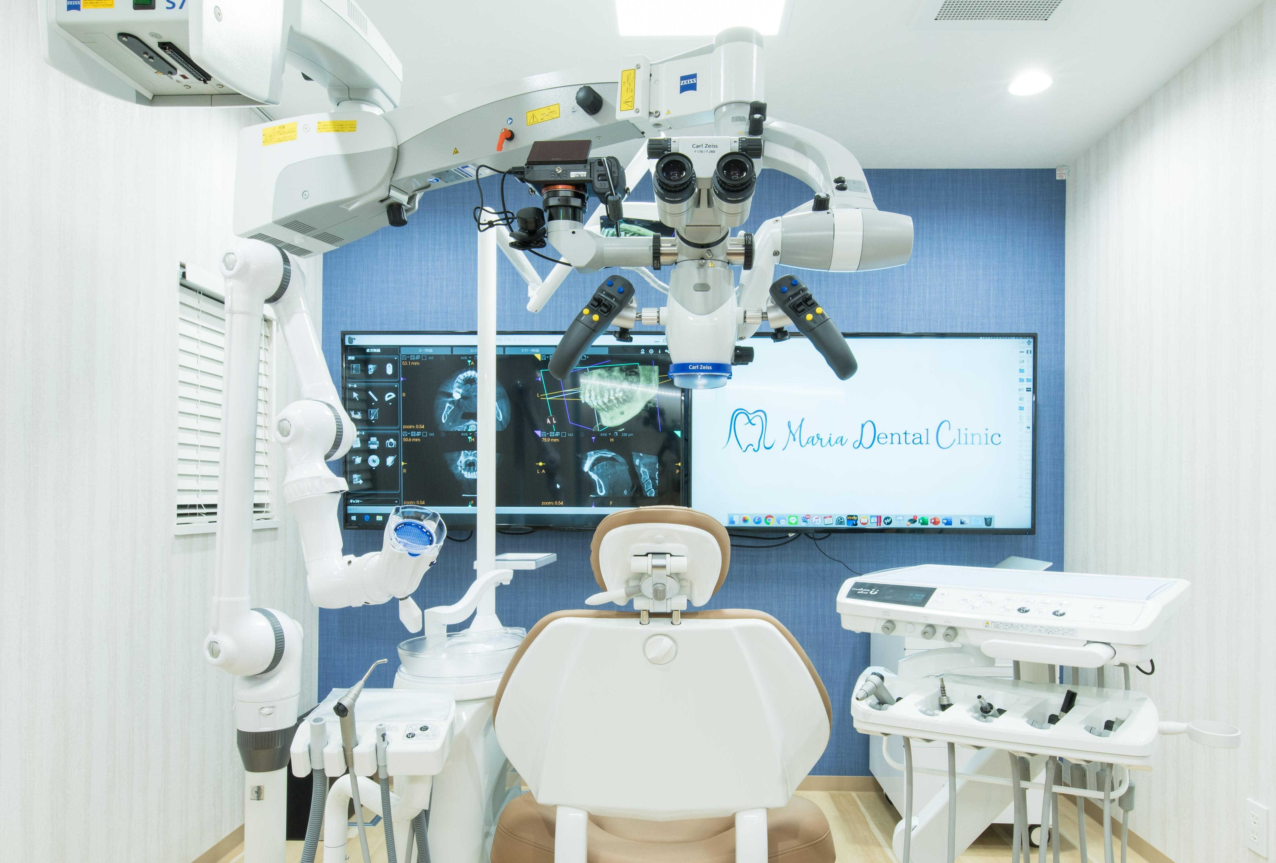 目白マリア歯科の特別診療室、マイクロスコープ、口腔外バキューム、CT画像が映っている写真