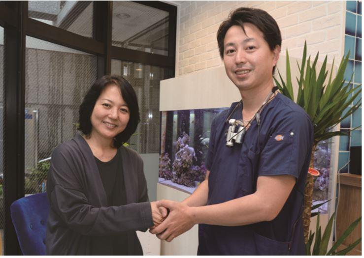 目白マリア歯科宮澤院長と杉田かおるさんが目白マリア歯科で握手している画像