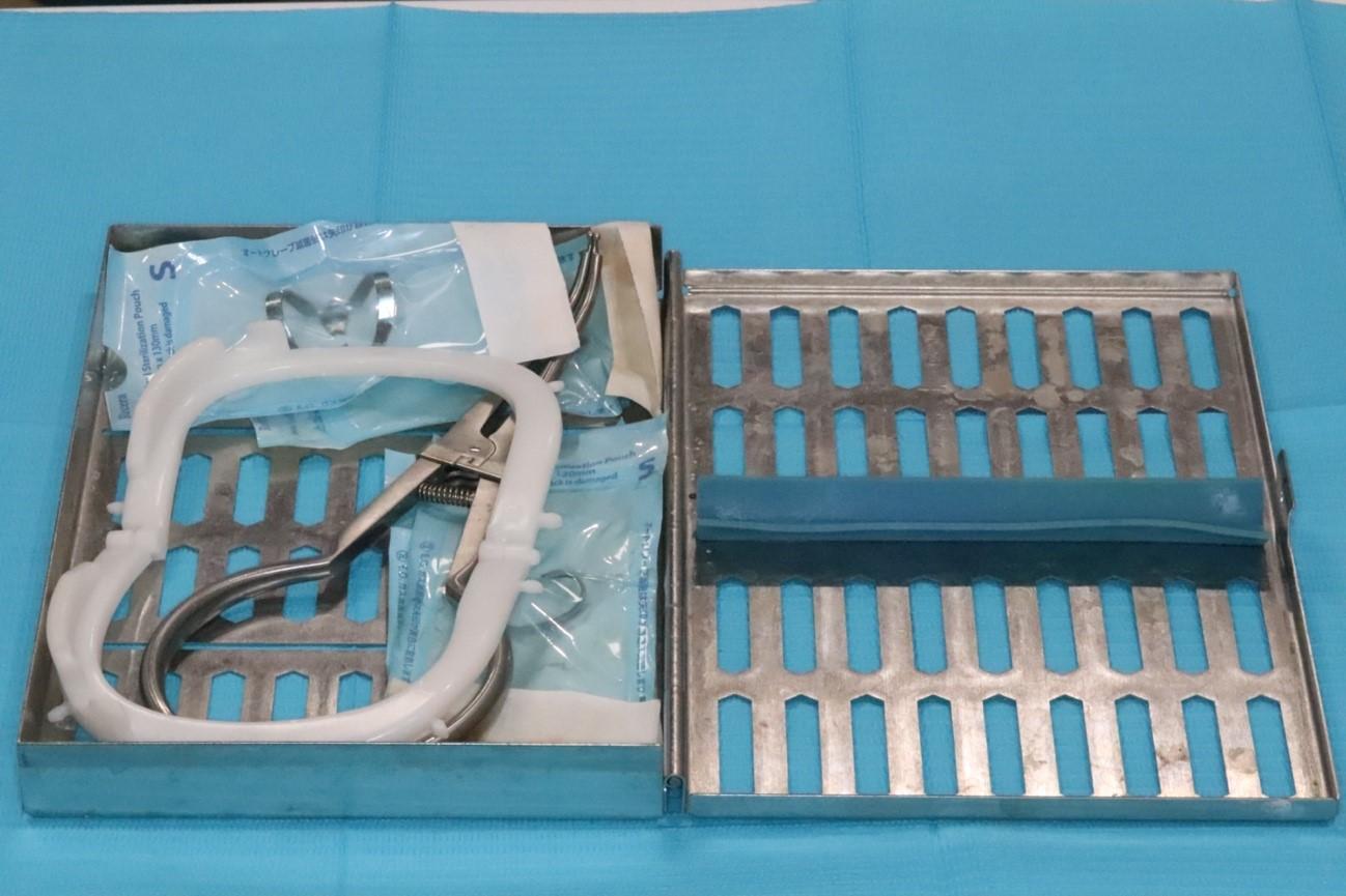 目白マリア歯科のラバーダム防湿に使用する滅菌パックの器具の中身