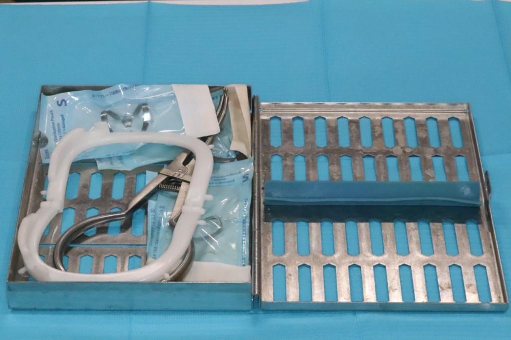 目白マリア歯科_コラム_ラバーダム防湿の器具と有用性(院長宮澤)_ラバーダム防湿に使用する器具のセットの中身